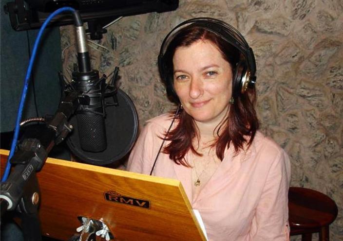 Miriam Ficher durante a realização de uma dublagem.